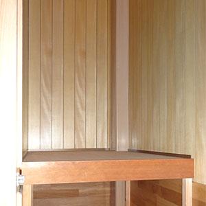 2階、廊下の収納スペース。こちらは、中板ありの押し入れ仕様です。