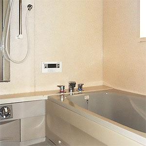 ゆったりと足を伸ばして入れるサイズの浴槽。追い焚き機能付きです