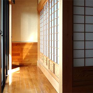 縁側|玄関脇の広縁、日当たり良好です