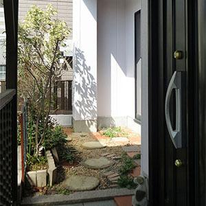 玄関脇には、四季折々を楽しめる庭があります