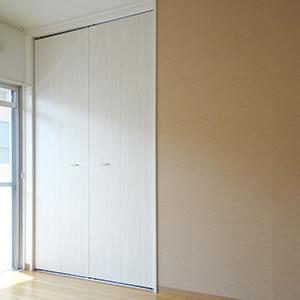 洋室1|壁の一つの面のみ濃いめのベージュでおしゃれです