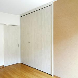 洋室2|洋室1と同様、壁の一面が濃いめのベージュ