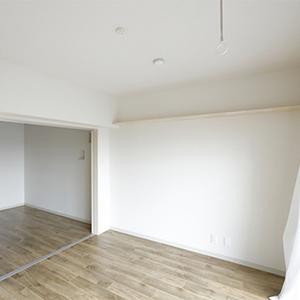 606号室は寝室の壁上部にも棚があります。