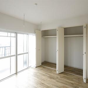 606号室の南向き6畳の居室フローリングです
