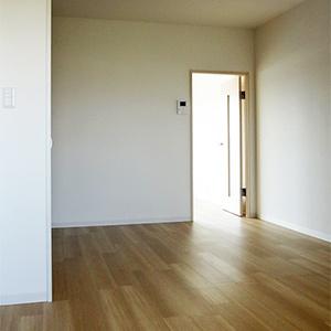 玄関側から見たダイニング、シンプルに暮らすのもいいですね