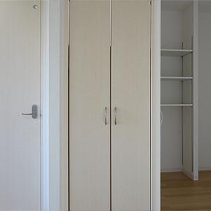 ダイニング横に設置した洗濯機置き場は扉付き、生活感が出ずすっきり