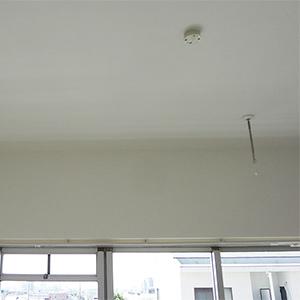 居室の窓側には、便利な室内物干しを設置しました
