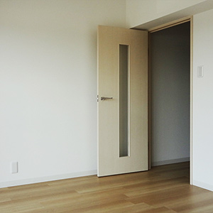 真新しいフローリング、南向き6畳の居室です