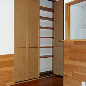 廊下側の扉付き収納棚、パントリーとしても使えます