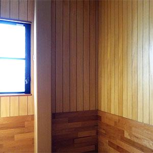 ウォークインクローゼットの東側には、明かり取りの窓があります