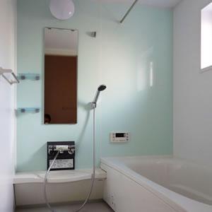 清潔感あふれるバスルーム。ゆったり足を伸ばせる1616サイズ