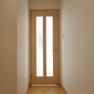 玄関からLDK方向、お気に入りの絵でも掛けてください