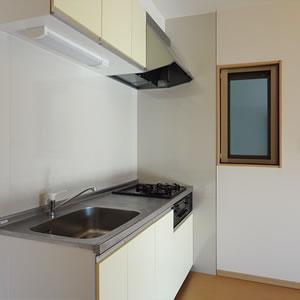 収納も、作業スペースも余裕のキッチン。東側には換気窓も。