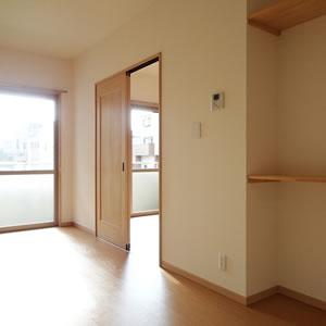 壁面に造り付けの棚は大容量