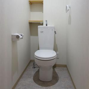 トイレにも、しっかり収納できる棚を設置