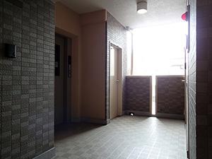 タイル張りの内廊下とエレベーターホール