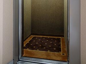 清掃が行き届き、清潔に保たれているエレベーター