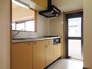 キッチン:南側のガラスドアでとても明るく、ベランダに直接出られます