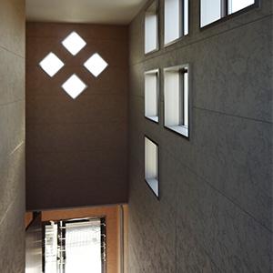 階段上の吹き抜け。デザインされた明り取り窓