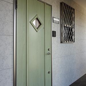 205号室の玄関ドア。各戸デザイン違いのドアの仕様になっています。