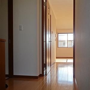玄関から居室を見ると明るいのがよくわかります