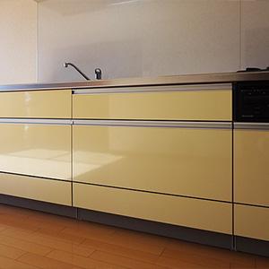 横幅255cm。すっきりとしたデザインのシステムキッチン。上部に吊戸棚もあります