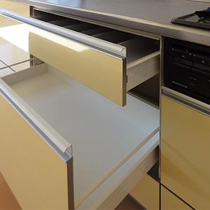 天板下の収納は、使いやすい引き出し式