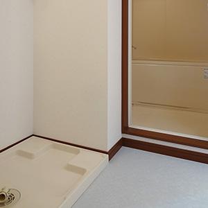 脱衣スペースに洗濯機パンがあります