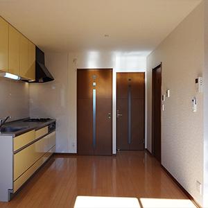 向かって左が北側の居室ドア。右は玄関へ