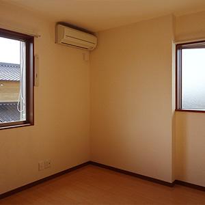 居室の南西角。エアコンが設置されています