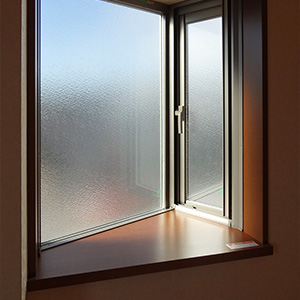 西側の出窓。ここからもたっぷり採光。おしゃれに演出してください
