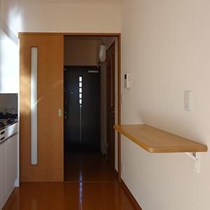 キッチンの背面には便利な多目的棚